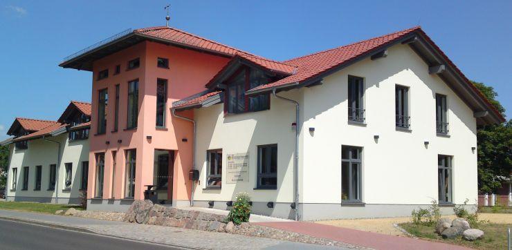 Verwaltungssitz in Mirow mit Mitarbeitern